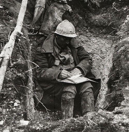 Soldat de la Première Guerre Mondiale écrivant une lettre dans les tranchées