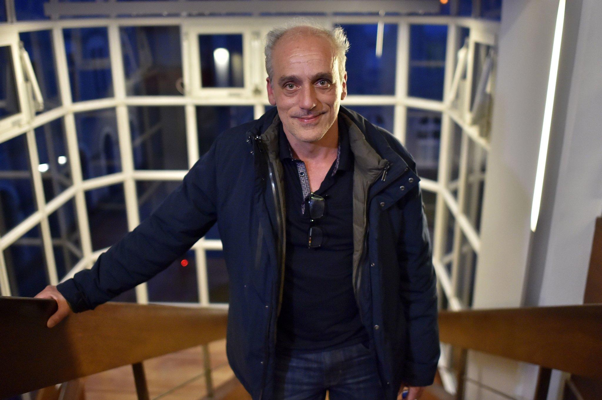 Philippe Poutou dans un escalier en contre-plongée